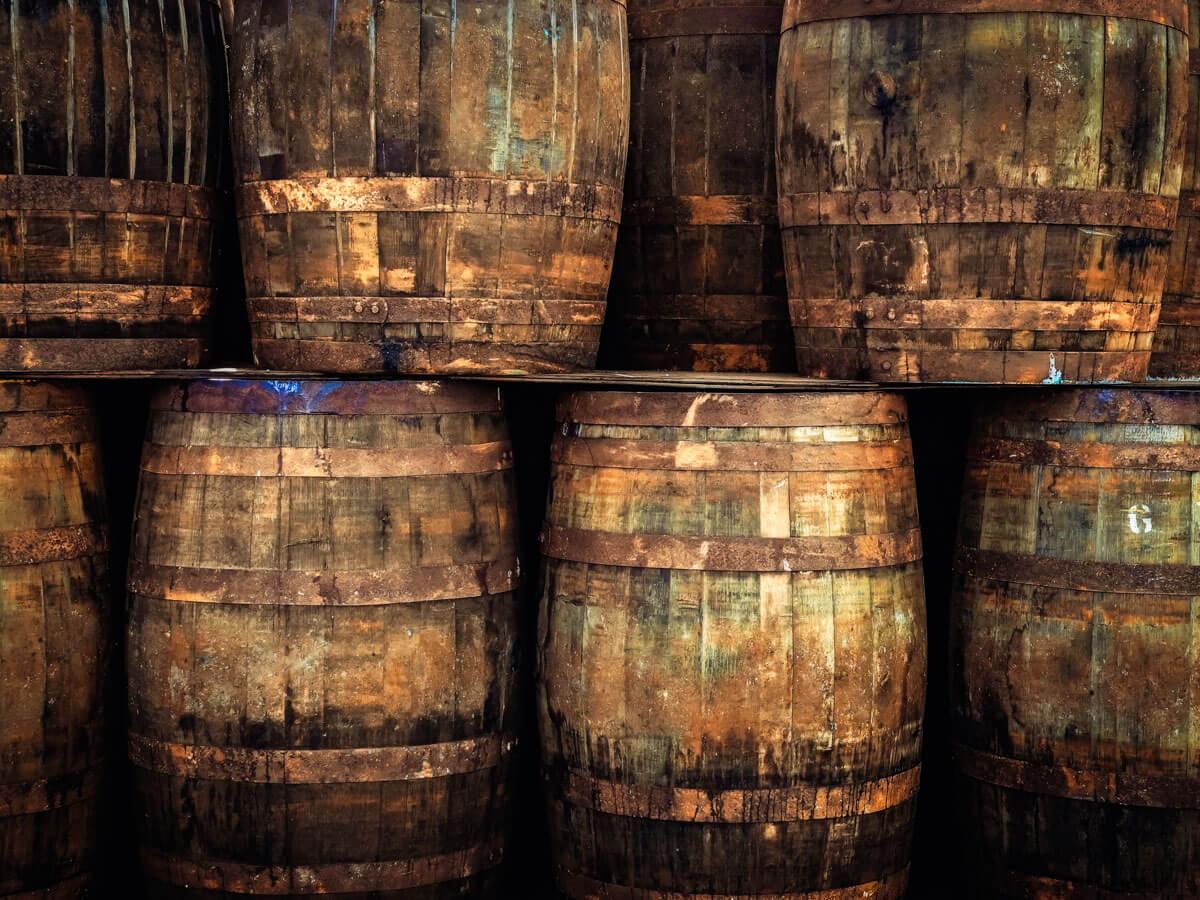 https://www.rum-malecon.de/wp-content/uploads/2019/01/detail-of-stacked-old-wooden-whisky-barrels-P8JHEFM-1.jpg
